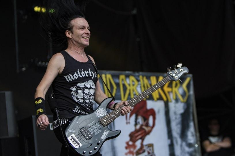 """Fotel drugiego gitarzysty w Acid Drinkers to prawdziwie """"gorące krzesło""""."""