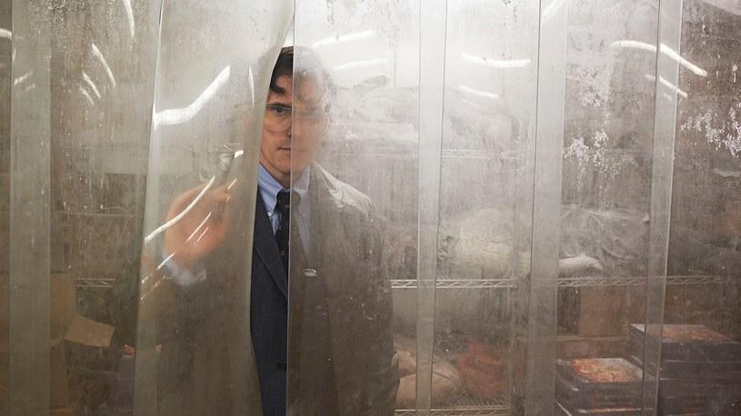 """Pojawiło się pierwsze zdjęcie z nowego filmu Larsa von Triera """"The House that Jack Build"""". W tyłowego mordercę wciela się Matt Dillon."""