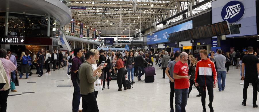 """Władze lotniska Heathrow wszczęły wewnętrzne dochodzenie w sprawie nośnika USB, zawierającego tajne informacje dotyczące bezpieczeństwa. Nośnik ten został znaleziony na ulicy. Jak podał """"The Sunday Mirror"""", zawiera 76 folderów z mapami, filmami oraz dokumentami, w tym także tymi dotyczącymi ochrony królowej Elżbiety II."""