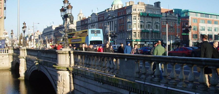 Irlandzkie służby - we współpracy z polska placówką - prowadzą śledztwo ws. incydentu w rezydencji polskiego ambasadora w Dublinie. Irlandzkie media podały, że nieznany sprawca rzucił podpalonym przedmiotem w okno rezydencji.
