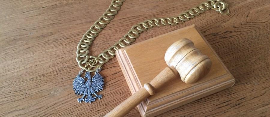 Karę dożywocia wymierzył Sąd Okręgowy w Częstochowie Rafałowi Z., oskarżonemu o zabójstwo i zgwałcenie 58-letniej kobiety w podczęstochowskiej Blachowni. Do zbrodni doszło ponad rok temu. 33-latek był już wcześniej wielokrotnie karany. Rafał Z. ma także zapłacić córce pokrzywdzonej 10 tys. zł tytułem częściowego zadośćuczynienia za doznaną krzywdę - poinformował rzecznik Prokuratury Okręgowej w Częstochowie Tomasz Ozimek.