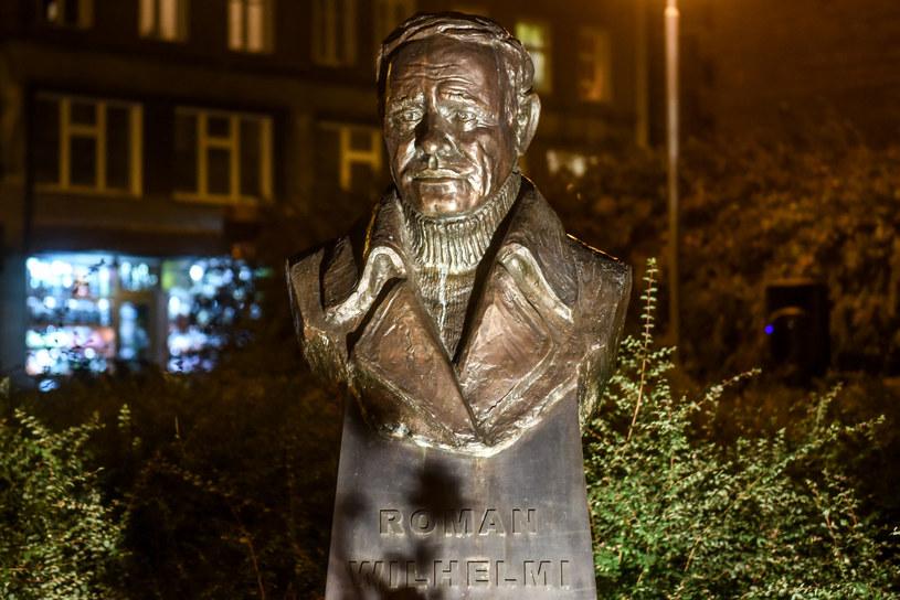 Przyjaciele i miłośnicy talentu Romana Wilhelmiego uczczą w piątek, 3 listopada, w Poznaniu pamięć aktora. Symboliczne spotkanie przed pomnikiem artysty będzie zwieńczeniem trwających od czerwca wydarzeń poświęconych Wilhelmiemu.