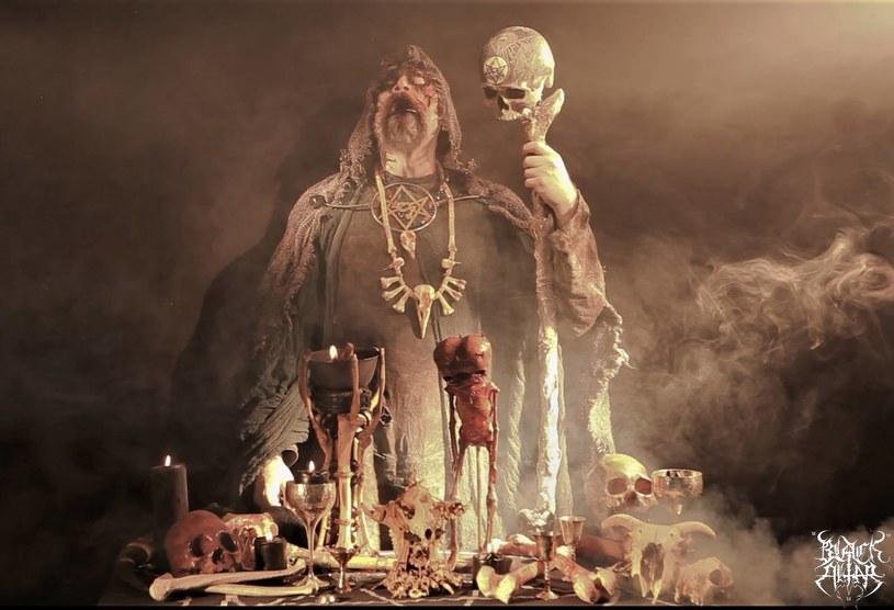 """Powstały w Olsztynie, a od kilku lat mający za bazę Londyn blackmetalowy projekt Black Altar, przygotował wideoklip """"Tophet"""". Zapowiada on kolejne wydawnictwo kapeli Shadowa."""