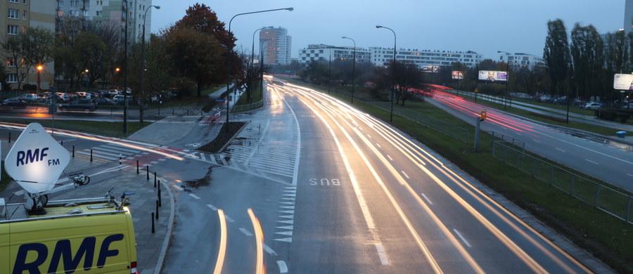 31 października i 1 listopada w RMF FM specjalne wydania serwisów drogowych, w których znajdziecie ważne i przydatne informacje zarówno dla kierowców jak i dla pieszych. Nasi reporterzy informują Was o zmianach w ruchu w okolicach cmentarzy, ostrzegają o korkach, podpowiadają jakich miejsc unikać, jak w poszczególnych miastach kursuje komunikacja miejska i gdzie zaparkować samochód. Specjalnie dla Was relację z dróg prowadzimy także w internecie, minuta po minucie.