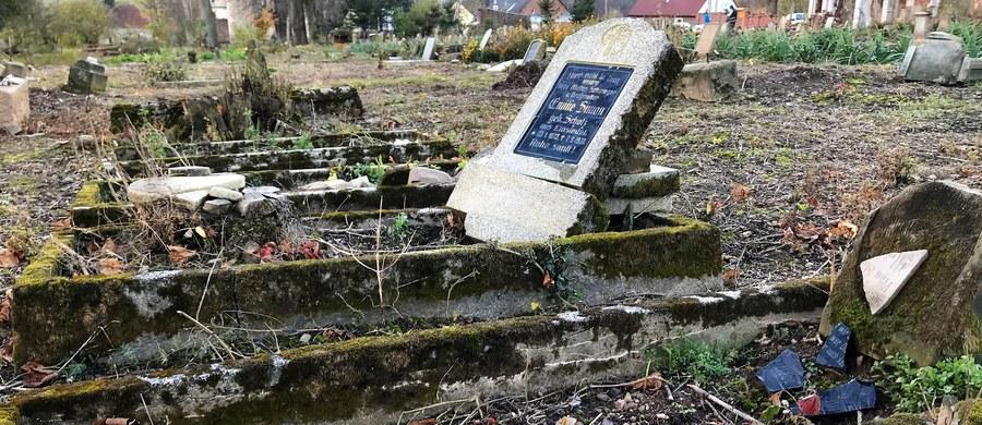 Na ich oczach niszczał stary, ewangelicki cmentarz. Teren miał być sprzedany i to byłby prawdopodobnie koniec tego miejsca. Dwie mieszkanki Gostkowa na Dolnym Śląsku nie mogły tego znieść. Postanowiły kupić działkę ze starą nekropolią. Własnoręcznie zaczęły odbudowę zniszczonych nagrobków, by przywrócić pamięć o dawnych mieszkańcach Gostkowa.