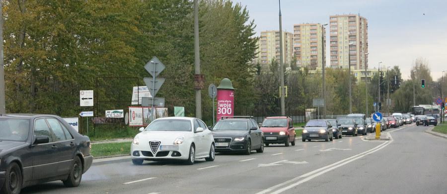 1 listopada w RMF FM specjalne wydanie serwisów drogowych! Wszystkie najświeższe i najważniejsze informacje zarówno dla kierowców, jak i dla pieszych znajdziecie na RMF24.pl oraz w specjalnych wydaniach Faktów na antenie radia RMF FM. Nasi reporterzy informują Was o zmianach w ruchu w okolicach cmentarzy, ostrzegają o korkach, a także podpowiadają, jakich miejsc unikać. Śledźcie naszą relację z dróg, minuta po minucie!