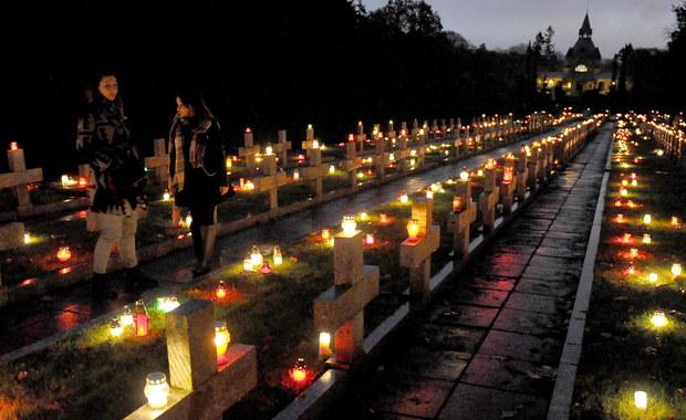 """Niezwykły dzień, niezwykły wieczór. Szczególne święto, budujące wspólnotę z tymi, którzy odeszli, ale też rodzaj wspólnoty miedzy nami, krzątającymi się po cmentarzach. Wspólnotowy charakter tego dnia uderzał szczególnie w czasach słusznie minionych, nawet jeśli oficjalnie towarzyszyła mu etykieta """"Dnia zmarłych"""", uderza jednak i dziś, bo to tradycja, której nie zagubiliśmy. Wizyty na cmentarzach nie dzielą nas, ale wciąż łączą. I oby tak było nadal."""