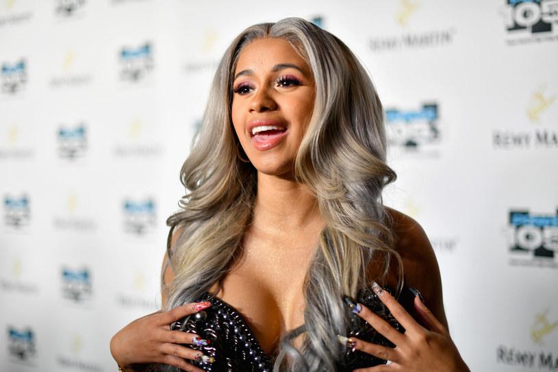 Serwis TMZ.com podał, że zaręczony pierścionek, który Cardi B otrzymała od swojego chłopaka, Offseta był wart ponad pół miliona dolarów.