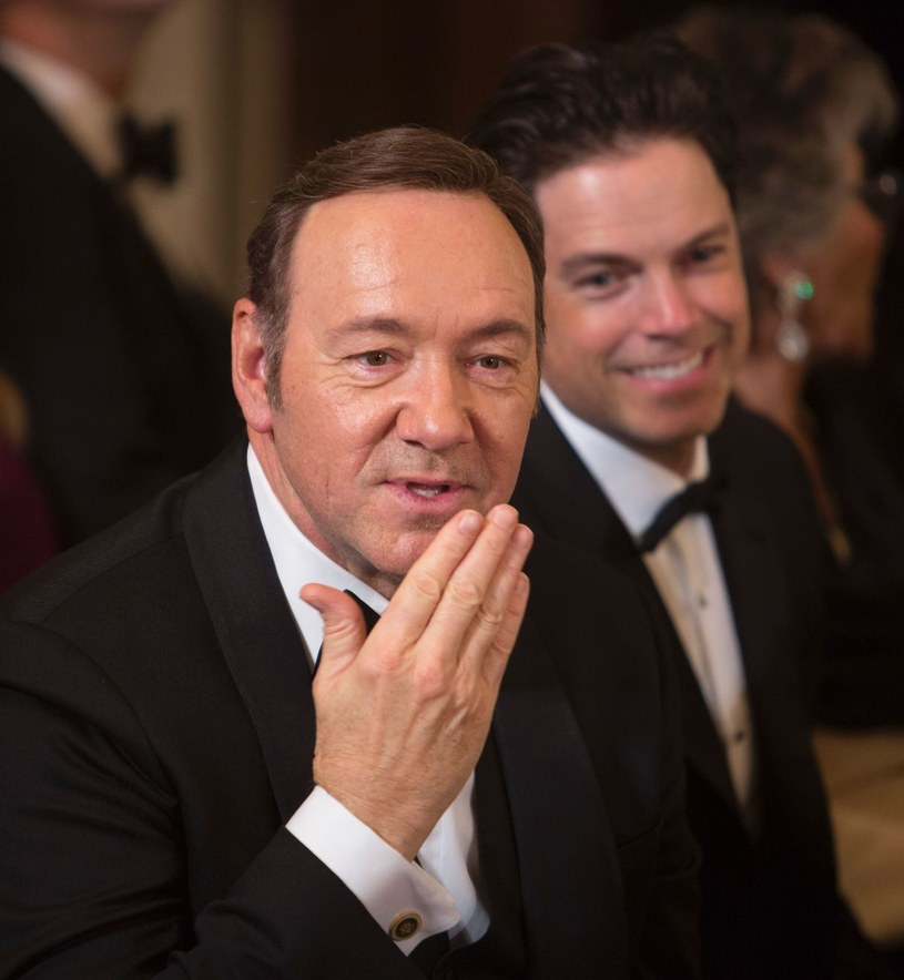 Coraz więcej informacji pojawia się w brytyjskich mediach na temat Kevina Spaceya. W latach 2003-2004 amerykański aktor był dyrektorem artystycznym londyńskiego teatru Old Vic. Aktorzy zaczynają oficjalnie mówić o jego przyzwyczajeniach, które ich zdaniem miały podłoże seksualne i wprawiały w zakłopotanie.