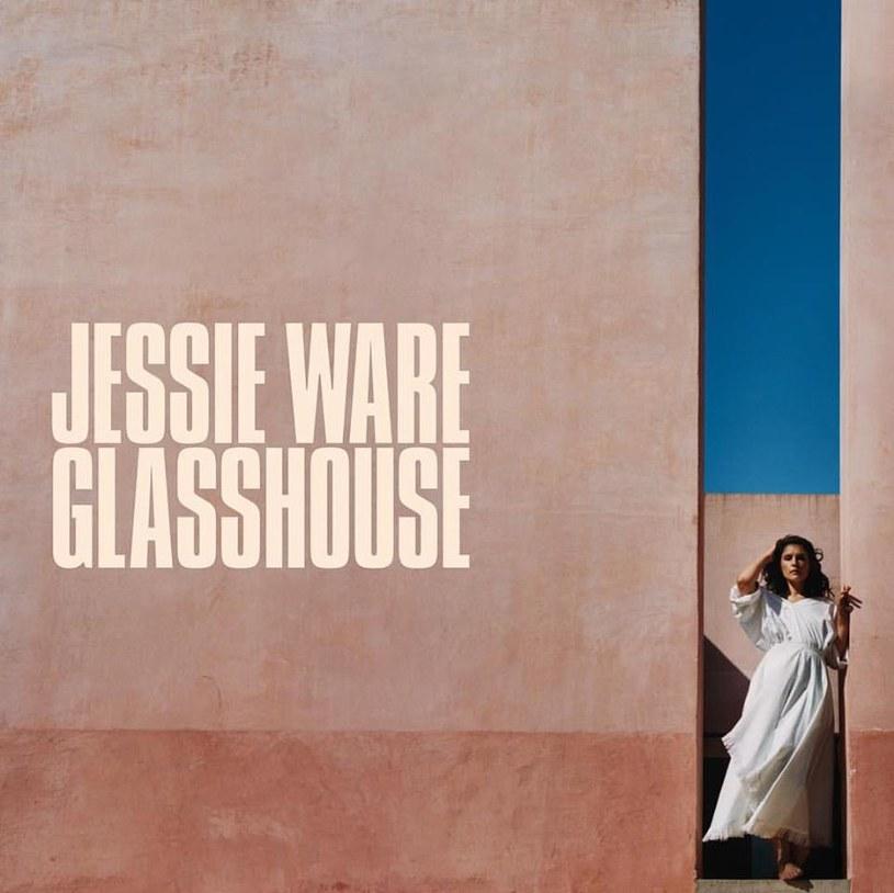 """Nie znajdziemy na """"Glasshouse"""" tego nerwu, którym urzekła nas """"Devotion"""", debiutancka płyta Jessie Ware - w tym kawałki takie jak """"Wildest Moments"""", """"Runing"""" czy """"Night Light"""". Znajdziemy za to wiele innych, subtelnych, kobiecych i dojrzałych momentów, które skutecznie przyciągają ucho do trzeciego albumu brytyjskiego wokalistki."""