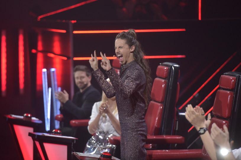 """W pierwszych odcinku na żywo ósmej edycji """"The Voice of Poland"""" nie brakowało emocji. Największą niespodzianką okazało się odpadnięcie jednego z faworytów do zwycięstwa, Briana Fentressa. Spore emocje wywołały również słowa Michała Szpaka dotyczące występu Sabiny Mustaevej."""