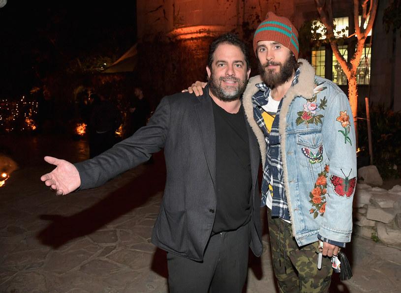 Menedżment Jareda Leto stanowczo zdementował udział aktora i wokalisty w pracy przy filmie o Hugh Hefnerze. Nieoficjalnie mówi się, że oświadczenie wystosowano, aby odciąć gwiazdora od oskarżonego o molestowanie reżysera Bretta Ratnera.