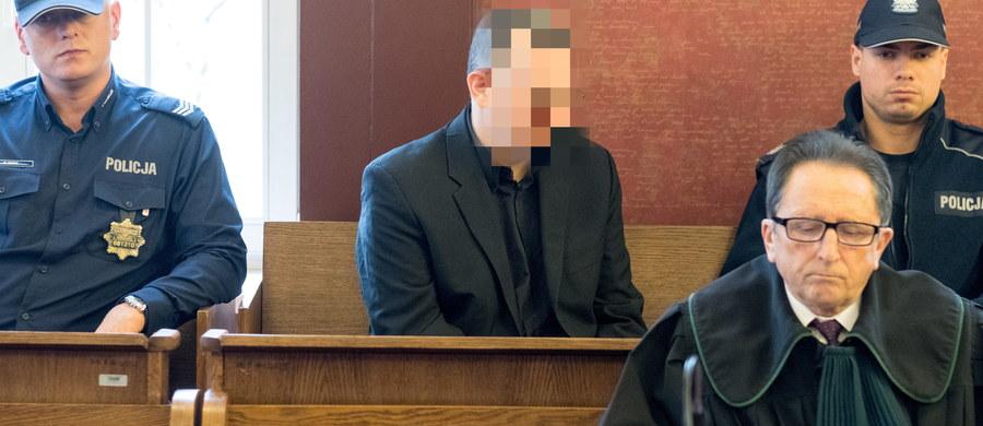 Syn broni podpalacza z Jastrzębia. Chodzi o mężczyznę, którego sąd I instancji skazał na dożywocie za podpalenie domu i zabicie żony i czwórki dzieci. Sąd dostał specjalne oświadczenie w tej sprawie. Syn oskarżonego pisze w nim, że według niego ojciec jest niewinny. Młody mężczyzna jest jedyną osobą, która ocalała z pożaru sprzed 4 lat. Oskarżony od początku odpierał zarzuty. Biegli uznali, że to osobowość psychopatyczna. Sąd Apelacyjny w Katowicach ogłosi wyrok w procesie Dariusza P. 21 listopada.
