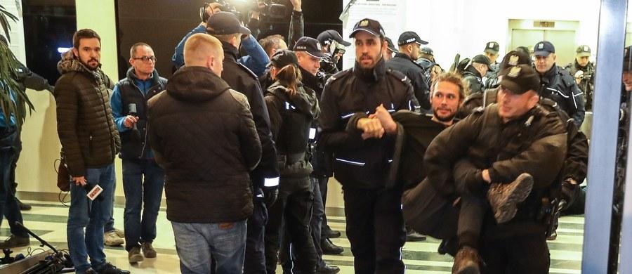 24 osoby zatrzymane w czwartek podczas protestu przed siedzibą i w budynkach Lasów Państwowych w Warszawie noc spędziły w policyjnym areszcie. To aktywiści organizacji ekologicznych, którzy prowadzili akcję przeciwko wycince Puszczy Białowieskiej.
