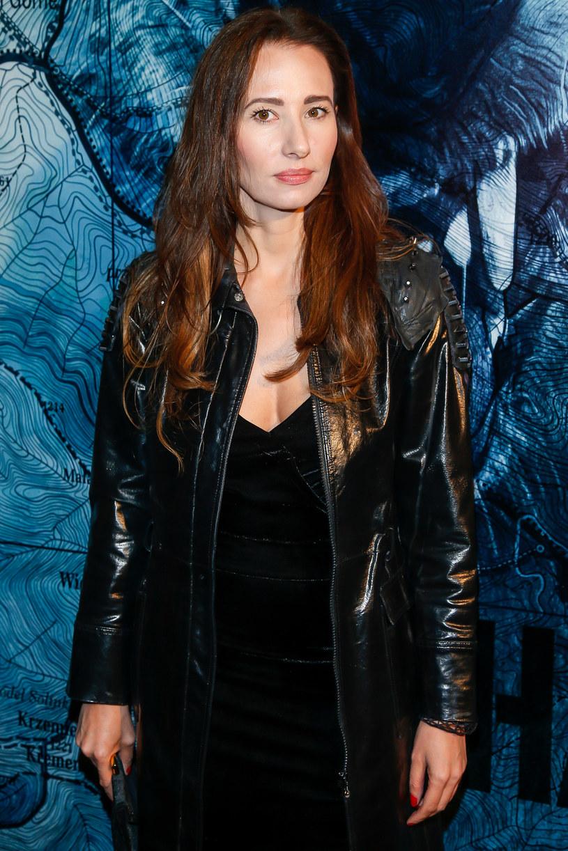 Przyznaje, że role w serialach to bardzo ważna część jej pracy zawodowej. Dzięki nim zyskała rozpoznawalność i popularność. Ale w teatrze Aleksandra Popławska z powodzeniem realizuje się jako reżyser.