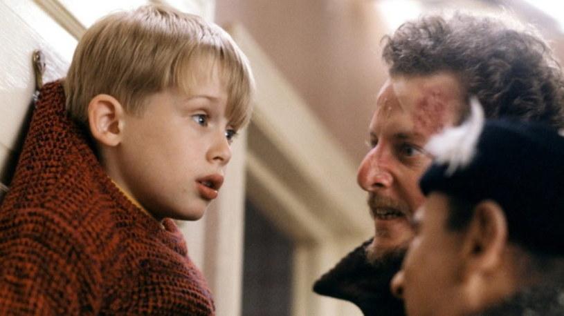 """To już tradycja. Czy ktoś wyobraża sobie święta bez Kevina? W tym roku telewizja Polsat już zapowiedziała, że w Wigilię - jak co roku - zostanie wyemitowany film """"Kevin sam w domu""""."""