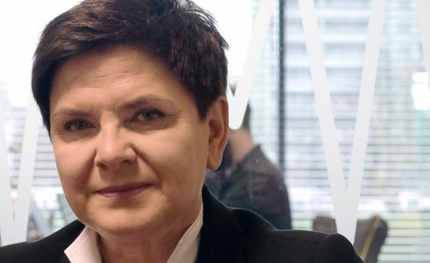 """W tej chwili dyskusja nt. zmian w rządzie się toczy - mówi premier Beata Szydło, gość specjalny Krzysztofa Ziemca w RMF FM. """"W naszym rządzie tych zmian do tej pory nie było zbyt dużo, ale to wynika z tego, że to jest dobry zespół, których konsekwentnie realizuje program, który przyjął"""" - zapewnia szefowa rządu. """"Nie chcę się koncentrować tylko i wyłącznie nie zmianach personalnych, ale chcę, żebyśmy porozmawiali o zmianie struktury rządu. Pewne resorty w mojej opinii trzeba połączyć, pewne zadania trzeba być może przesunąć do innych resortów"""" - zapowiada premier Szydło. """"Cyfryzacja jest dobrym przykładem - zadania, które realizuje ten resort, są też realizowane w innych resortach. Musimy podjąć decyzję, co z tym zrobić, żeby koordynacja była pełna, żeby nie było rozdźwięku pomiędzy resortami"""" - tłumaczy szefowa rządu. Dodaje, że takie """"kolizje"""" następują także w innych resortach."""