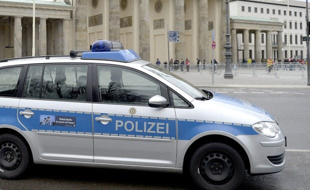 Ludzie uskoczyli w ostatniej chwili, dlatego auto, które wjechało na chodnik w Berlinie, nikogo nie raniło. Kierowca zawrócił i uciekł. Policja szuka go i sprawdza, czy mężczyzna po prostu popełnił błąd podczas jazdy czy może próbował przeprowadzić zamach.