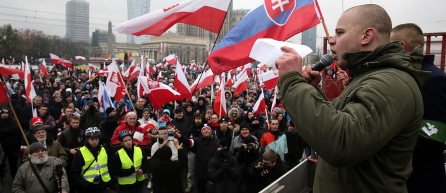 Zamknięte ulice w centrum Warszawy, kilkadziesiąt linii autobusowych i tramwajowych na objazdach, ograniczenia w parkowaniu - na takie utrudnienia muszą przygotować się w sobotę kierowcy i pasażerowie komunikacji miejskiej w związku z obchodami Święta Niepodległości. Zgłoszonych zostało 12 zgromadzeń publicznych. Największe to Marsz Niepodległości, organizatorzy szacują, że weźmie w nim udział 50 tys. osób.