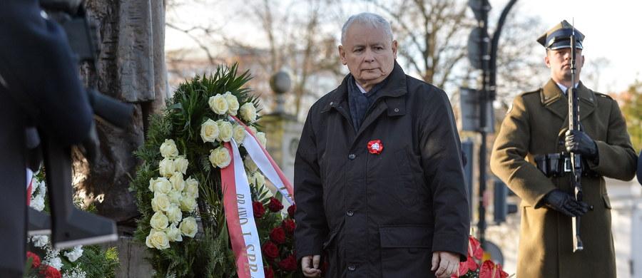 11 listopada 1918 roku to jedna z kilku najistotniejszych dat w całym tysiącleciu naszej historii, to moment, w którym wróciliśmy na mapę Europy, moment, w którym ten powrót okazał się trwały - mówi prezes PiS Jarosław Kaczyński. Delegacja PiS złożyła w Święto Niepodległości, kwiaty przed pomnikiem marszałka Józefa Piłsudskiego w Warszawie. W jej składzie znalazł się m.in: Kaczyński, szef MSWiA Mariusz Błaszczak, wicemarszałkowie Sejmu: Ryszard Terlecki i Joachim Brudziński, rzeczniczka PiS Beata Mazurek a także minister koordynator ds. służb specjalnych Mariusz Kamiński.