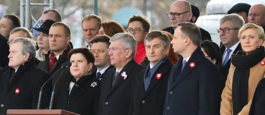 Nazwiska tych, którym zawdzięczamy niepodległość, niech będą w historii wypisane złotymi zgłoskami; myśl o wolnej, niepodległej Polsce była dla nich ponad wszystkim - mówił w sobotę prezydent Andrzej Duda podczas centralnych obchodów Święta Niepodległości w Warszawie. Na placu Marszałka Józefa Piłsudskiego w Warszawie, przed Grobem Nieznanego Żołnierza odbyły się centralne obchody Święta Niepodległości.