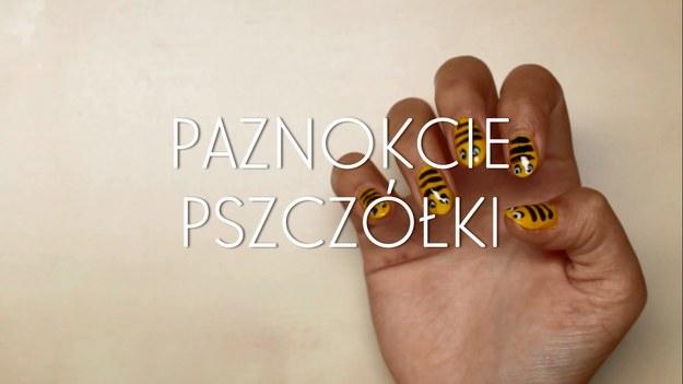 Malowanie paznokci w ciekawe, kolorowe wzorki to znakomity sposób na urozmaicenie na naszych dłoniach, wyrażenie własnej osobowości, a przede wszystkim - przyciągnięcie wzroku innych! Dzięki naszemu poradnikowi dowiecie się, jak w parę chwil zrobić wzór pszczółki na paznokciach - to dziecinnie proste!