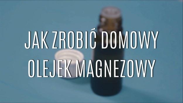 Olejek magnezowy to jeden z najbardziej nowoczesnych sposobów dostarczania organizmowi magnezu, którego wiecznie mamy jakby za mało. Wypłukiwany przez kolejne kawy i ciągły stres, potrzebuje być bezustannie uzupełniany. Właśnie dlatego warto przygotowywać domowy olejek magnezowy - nakładany na skórę, dostarcza bezpośrednio do komórek cenny magnez. Zobaczcie, jak go zrobić w domu!