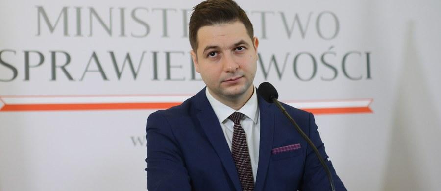 Komisja weryfikacyjna ds. reprywatyzacja ma dziś zdecydować w sprawie trzech działek położonych na stołecznym pl. Defilad - poinformował rzecznik prasowy komisji Oliwer Kubicki. Rozprawa w tej sprawie odbyła się na początku października.