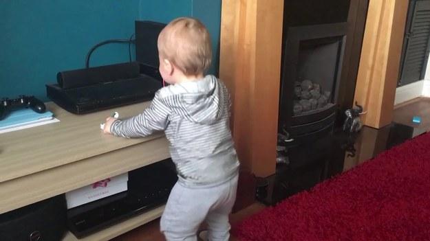 Ten maluch uwielbia muzykę i taniec. Wystarczy, że dorwie się do sprzętu i... się zaczyna. A internet szaleje.