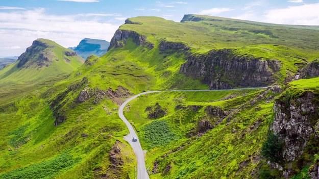 Czy zdarzyło wam się kiedyś przyjąć w swoje progi zmęczonego turystę, który był w potrzebie, a raczej zapukał do waszych drzwi za potrzebą? Jeśli tak, to należą wam się brawa za gościnność i chęć pomocy. Ale czy wiecie, że gdybyście mieszkali w Szkocji i nie interesowałby was fizjologiczny problem wycieczkowicza, zostalibyście surowo ukarani?    Udogodnieniem dla turystów i jednocześnie bolączką dla mieszkańców jest tutaj prawo, które nakazuje przyjęcie do swojej prywatnej toalety każdego podróżnego, będącego w potrzebie. Dacie wiarę?