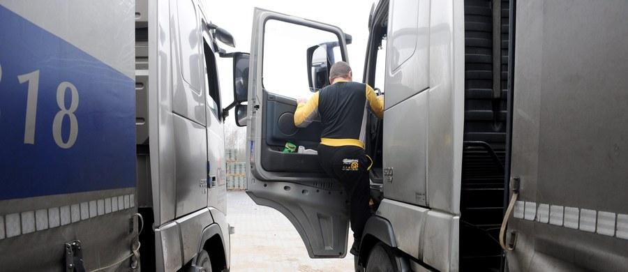 Przez bałagan i zamieszanie kadrowe w Polskiej Wytwórni Papierów Wartościowych przez prawie dwa tygodnie kierowcy ciężarówek nie dostawali cyfrowych kart kierowcy - ustalił reporter RMF FM. Wytwórnia i ministerstwo infrastruktury zwalają winę na europejski system TACHOnet.