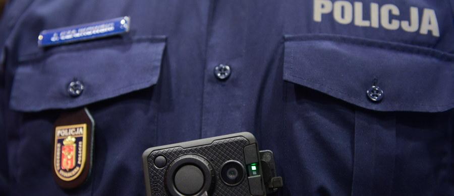 """Policjanci będą wyposażeni w kamery umieszczane na mundurach, a strażacy otrzymują drony - zapowiedział szef MSWiA Mariusz Błaszczak. W efekcie tych zmian, służby mogą jeszcze szybciej, skuteczniej i bardziej profesjonalnie pomagać - podkreślił. Dodał, że ludzie, którzy dbają o bezpieczeństwo Polaków muszą być godnie wynagradzani. """"Rząd PO-PSL wolał wydawać miliony złotych na emerytury dla esbeków, niż na podwyżki dla nowych funkcjonariuszy, my to zmieniliśmy"""" - powiedział podsumowując dwa lata pracy MSWiA i podległych mu służb – Policji, Straży Granicznej, straży pożarnej i Biura Ochrony Rządu."""