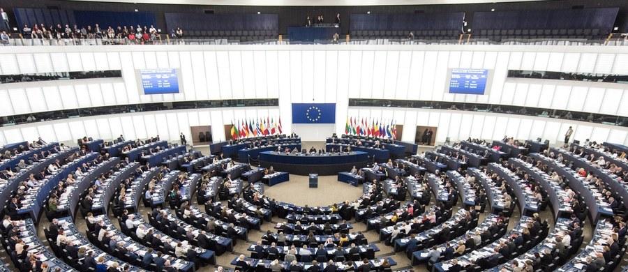 Europosłowie w przyjętej rezolucji wezwali Maltę do przestrzegania praworządności i wartości UE. To konsekwencja zabójstwa dziennikarki Daphne Caruany Galizii, która pisała o niejasnych operacjach finansowych osób związanych z władzami tego kraju.