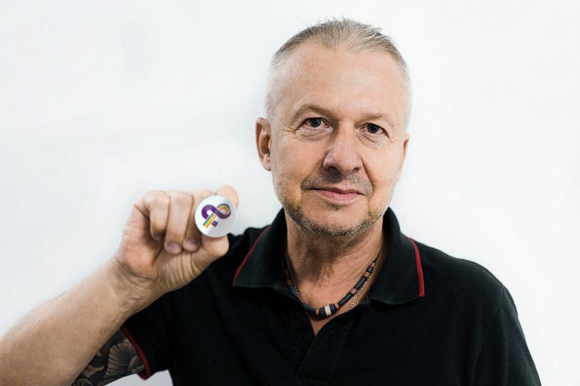 """Etatowy twardziel polskiego kina, Bogusław Linda został nową twarzą akcji społecznej Kampanii Przeciw Homofobii """"Ramię w ramię po równość"""". Słynący z bezkompromisowych wypowiedzi aktor zabrał głos w sprawie miłości i akceptacji osób LGBT. Opowiedział również historię o roli geja, którego ostatecznie nie zagrał."""