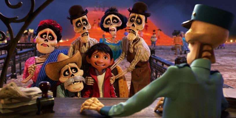"""Po gigantycznym sukcesie """"W głowie się nie mieści"""" Pete'a Doctera wielu przewidywało, że Pixar nie będzie już w stanie doskoczyć do postawionej sobie poprzeczki. Rozczarowujące """"Auta 3"""" i """"Dobry dinozaur"""", dwa następne projekty wytwórni, tylko ugruntowały te obawy. Ale nic bardziej mylnego. W """"Coco"""", w rytm meksykańskich dźwięków, twórcy udowadniają, że nie stracili nic ze swojego talentu do opowiadania historii. Animacja Lee Unkricha to prawdziwa kopalnia emocji, od śmiechu, przez zachwyt, aż do wzruszenia."""