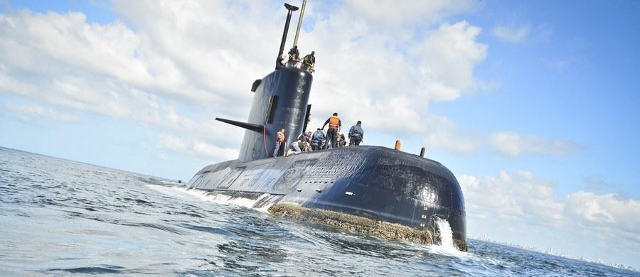 """Ministerstwo obrony Argentyny poinformowało o odebraniu siedmiu """"sygnałów satelitarnych"""" prawdopodobnie pochodzących z zaginionego okrętu podwodnego ARA San Juan z 44-osobową załogą. Trwają prace nad ustaleniem miejsca skąd wysłano sygnały."""