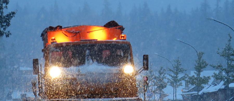 Na Podhalu sypnęło śniegiem, warunki na drogach są fatalne – ostrzegają nasi słuchacze dzwoniąc na Gorącą Linię RMF FM. Śnieg i błoto pośniegowe utrudnia też jazdę na drogach województwa warmińsko-mazurskiego.
