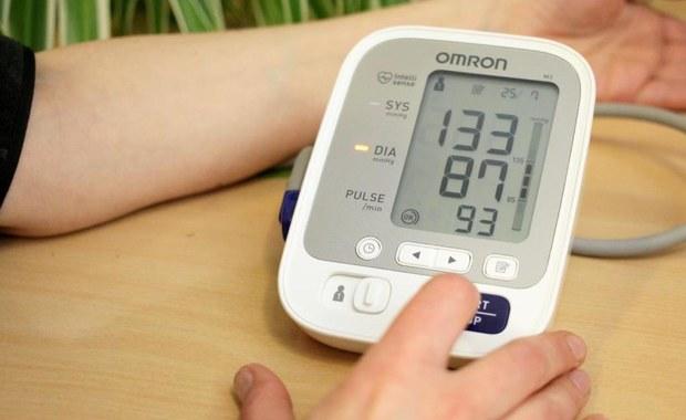 Przed pomiarem ciśnienia trzeba unikać aktywności fizycznej, a także przyjmowania substancji, które mogą poduczać organizm. Ważne jest też, by nie mierzyć ciśnienia tuż po posiłku, bo wtedy dodamy do wyniku 10-15 mm Hg. Ostatnie 5 minut przed badaniem powinniśmy poświęcić na odpoczynek. Najlepiej w tym celu usiąść, z podpartymi plecami, w cichym i spokojnym miejscu.