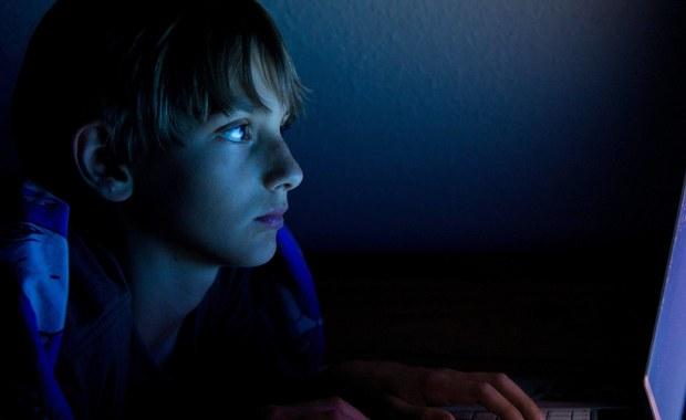 Jedna czwarta nastolatków w Polsce przyznaje, że zdarzyło im się spotkać z osobą dorosłą poznaną w internecie. Co trzeci z nich nikogo o tym nie poinformował - to najnowsze dane Fundacji Dajemy Dzieciom Siłę. Specjaliści alarmują, że z roku na rok rośnie liczba ujawnianych przypadków uwodzenia i przemocy seksualnej wobec dzieci w internecie.