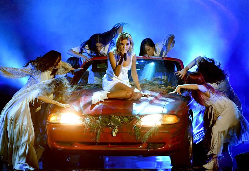 """Selena Gomez udostępniła trzeci klip do singla """"Wolves"""", nagranego wraz z producentem i DJ-em Marshmello."""