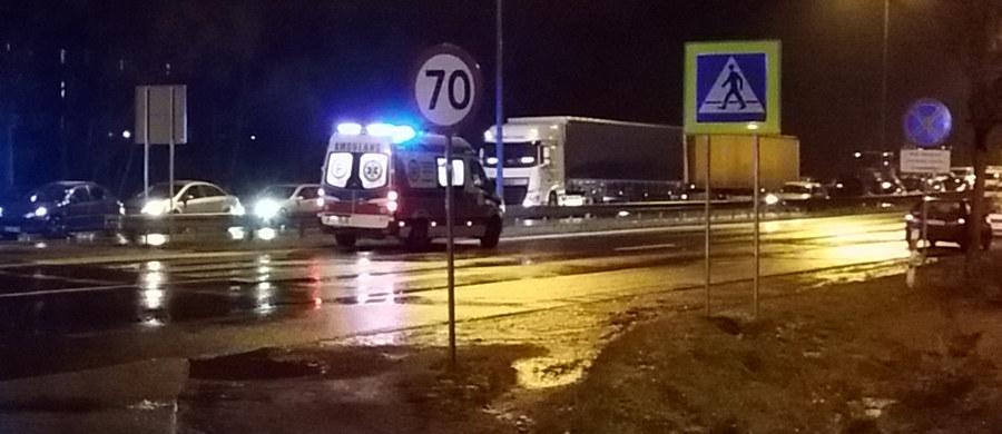 Dwie ofiary i jedna ciężko ranna osoba - to tragiczny bilans wypadku w Mikołowie w Śląskiem. Samochód osobowy potrącił tam trójkę pieszych. Informację o tym zdarzeniu dostaliśmy na Gorącą Linię RMF FM.