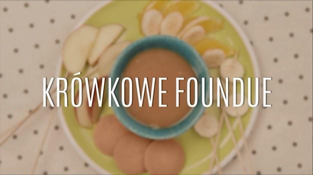 Krówkowe foundue to doskonały sposób na przyrządzenie pysznego deseru, którego smak zachwyci każdego! Odrobina cukru, miodu i masła wraz z tłustą, gęstą śmietanką stworzą wyborny sos, który znakomicie smakuje ze zwartymi, twardymi owocami - choćby z jabłkami, których w Polsce zawsze pod dostatkiem. Poznajcie nasz przepis na krówkowe foundue!