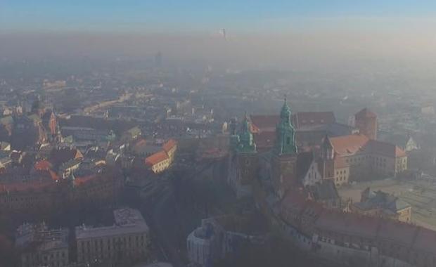 """Badania Polskiego Alarmu Smogowego i naukowców Akademii Górniczo Hutniczej dowodzą, że podczas epizodów smogowych poziom zanieczyszczenia powietrza w mieszkaniu jest o 50 proc. mniejszy niż na zewnątrz. """"Nasze badania pokazują, że aż połowa zanieczyszczeń, które są na zewnątrz przenika do naszych domów. Fakt, jesteśmy trochę mniej narażeni na zanieczyszczenia przebywając w mieszkaniu ale nie oznacza to, że wtedy, kiedy za oknem szaleje smog, jesteśmy całkowicie bezpieczni i mamy czyste powietrze w domu"""" – wyjaśnia Anna Dworakowska z Polskiego Alarmu Smogowego."""