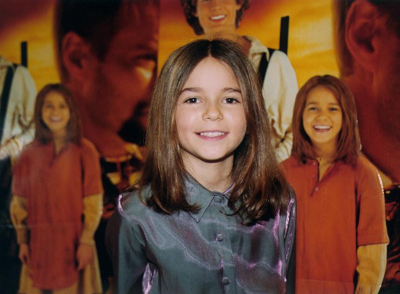 """Karolina Sawka, którą pamiętamy przede wszystkim z roli Nel w ekranizacji powieści Henryka Sienkiewicza """"W pustyni i w puszczy"""", nie jest już małą dziewczynką. Obecnie ma 25 lat i w jednym z przedstawień teatralnych pojawia się na scenie nago."""