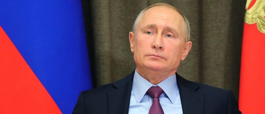"""""""Dzięki wysiłkom Rosji, Iranu i Turcji udało się zapobiec rozpadowi Syrii, nie dopuścić, by opanowali ją terroryści, uniknąć katastrofy humanitarnej"""" – stwierdził prezydent Rosji Władimir Putin. Bojownikom """"zadano decydujący cios"""" - zapewnił na początku spotkania z prezydentem Turcji Recepem Tayyipem Erdoganem i prezydentem Iranu Hasanem Rowhanim."""