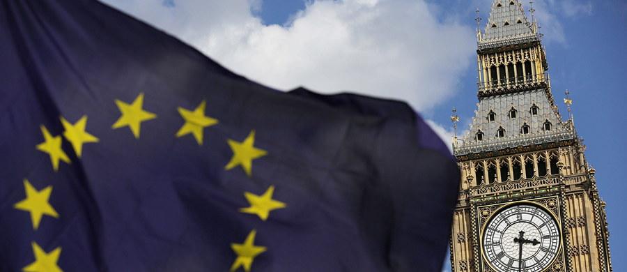 Spotkaniem przedstawicieli brytyjskiego rządu z liderami polskiej społeczności w szkockim Edynburgu zakończono w czwartek pierwszą serię konsultacji dotyczących praw Polaków po wyjściu Wielkiej Brytanii z Unii Europejskiej. Około 40 osób, w tym przedstawiciele polskich organizacji, przedsiębiorstw i mediów polonijnych, spotkało się w centrum sztuki współczesnej Dovecot Studios z przedstawicielami ministerstwa ds. wyjścia z Unii Europejskiej i ministerstwa spraw wewnętrznych.