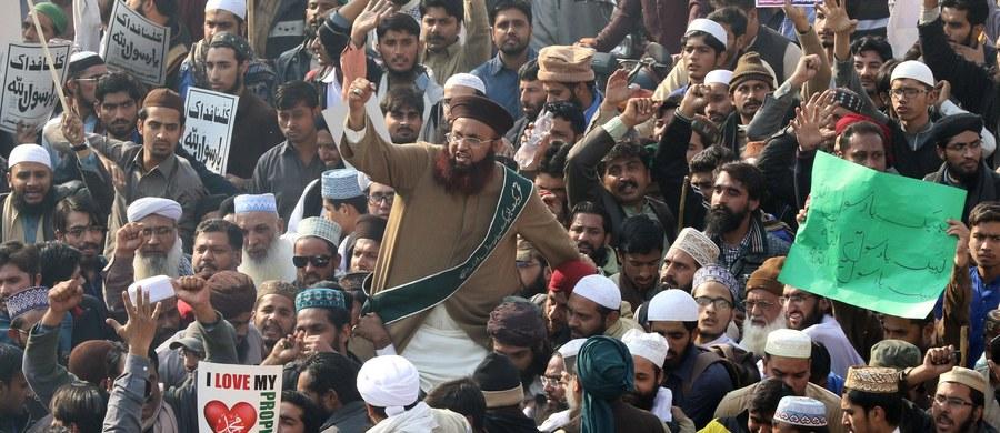 Pakistański rząd nakazał armii, by pomogła policji rozpędzić islamskich radykałów, którzy na znak protestu blokują od niemal trzech tygodni główne drogi do Islamabadu, stolicy Pakistanu - poinformowała państwowa telewizja.