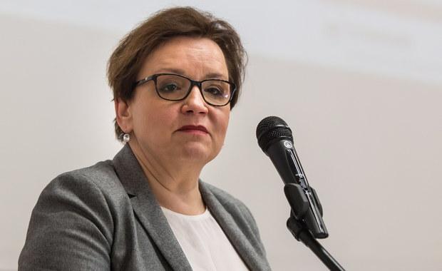 """Mamy w tym roku szkolnym 17 768 etatów nauczycielskich więcej. Rozumiem, że te dane nie podobają się tym, którzy zapowiadali, iż pracę straci 100 tys. nauczycieli - mówi Anna Zalewska, minister edukacji narodowej w rozmowie Dorotą Łosiewicz na łamach tygodnika """"Sieci""""."""