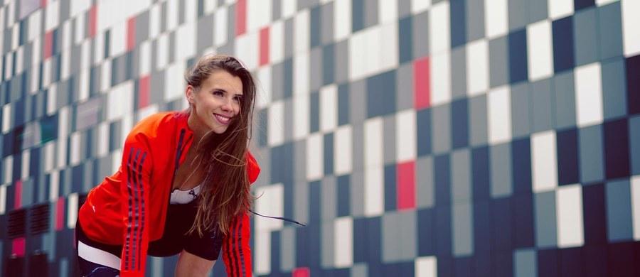 """Rusz się! Aktywność fizyczna powoduje, że chce nam się żyć, daje nam """"kopa"""" - przekonuje Adrianna Palka trener personalny. Proponuje też najnowszą amerykańską metodę ćwiczeń – fitness walking, którą popularyzuje wraz z Robertem Korzeniowskim. Na czym ona polega i jak ćwiczyć, by schudnąć do sylwestra?  - odpowiedzi na te pytania znajdziecie w rozmowie Ewy Kwaśny z trenerką personalną."""