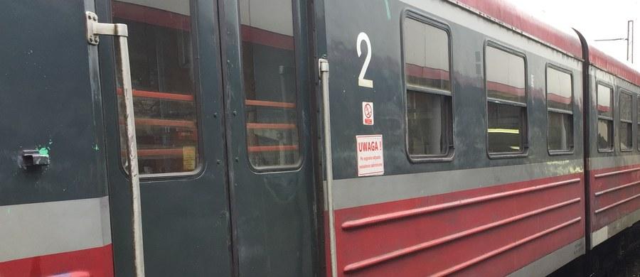 """Ruch pociągów na trasie Kraków - Bochnia został wstrzymany na kilka godzin z powodu tragicznego wypadku, do jakiego doszło między Kłajem a Podłężem. Pod kołami pociągu relacji Słupsk - Przemyśl zginął mężczyzna. Pasażerowie składów, które utknęły przed miejscem wypadku, narzekali na brak informacji, a także brak ciepłych posiłków i ogrzewania. Według PKP Intercity, podróżujący dostali wodę, kanapki i drobne przekąski. """"Ruch pociągów został wstrzymany na prośbę służb porządkowych"""" - podkreślała Marta Ziemska z PKP Intercity."""